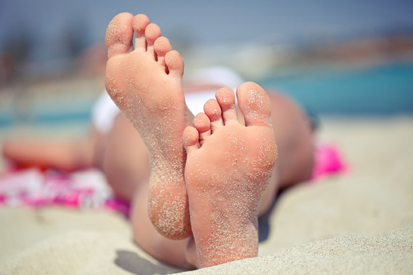 sunbathing-feet-sandy-feet-beach_123rf.com_