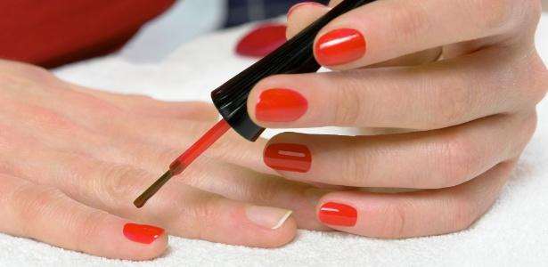 mulher-aplicando-esmalte-vermelho-1363391127315_615x300